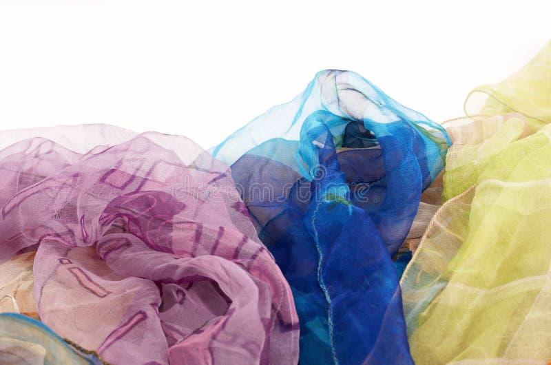 Bunte silk Schals auf weißem Hintergrund stockbild