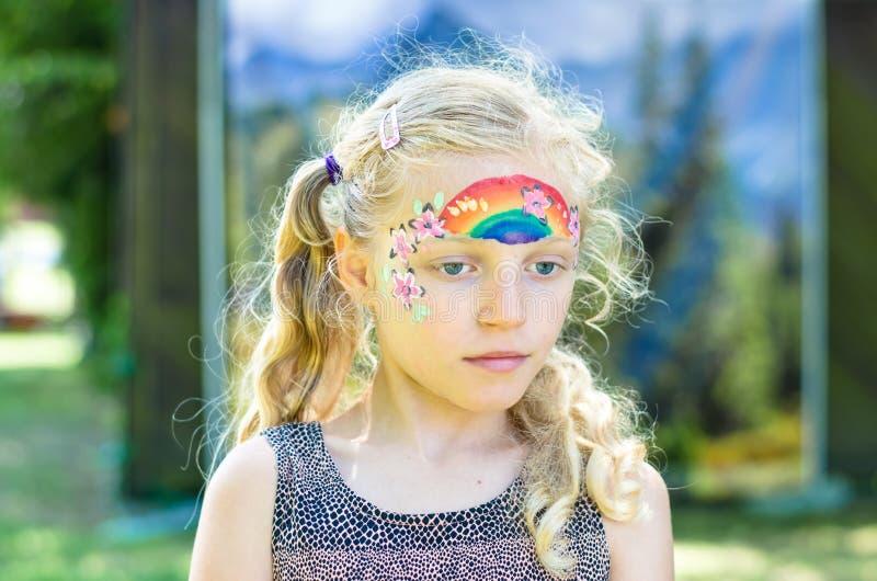 Bunte Sommerregenbogen-Gesichtsmalerei lizenzfreie stockbilder