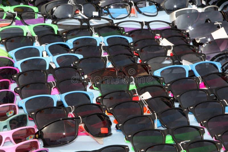 Bunte Sonnenbrille auf Anzeige am Stall stockfoto