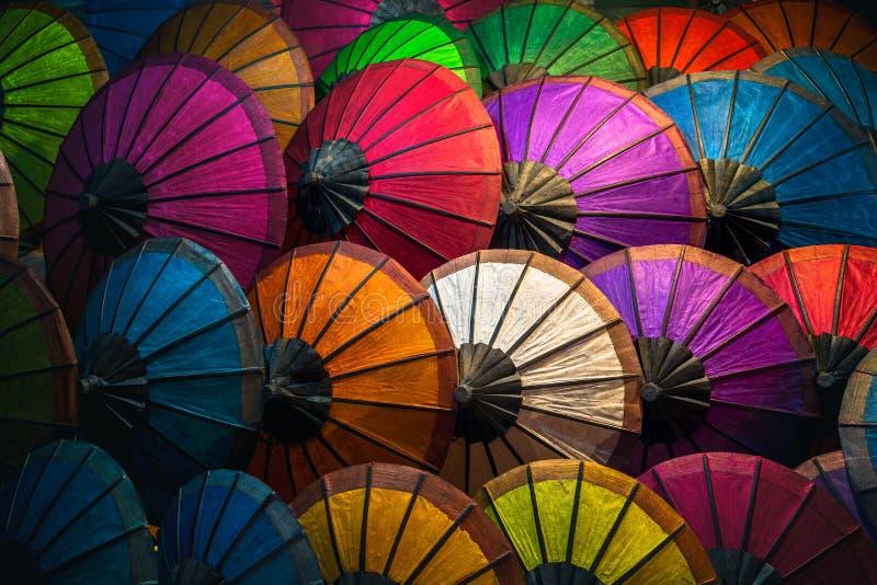 Bunte Sonnenschirme an Luang Prabang Markt stockfotos