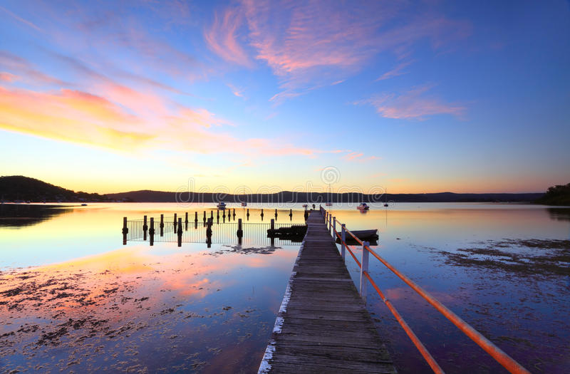 Bunte Sonnenuntergang- und Wasserreflexionen bei Yattalunga Australien lizenzfreies stockbild