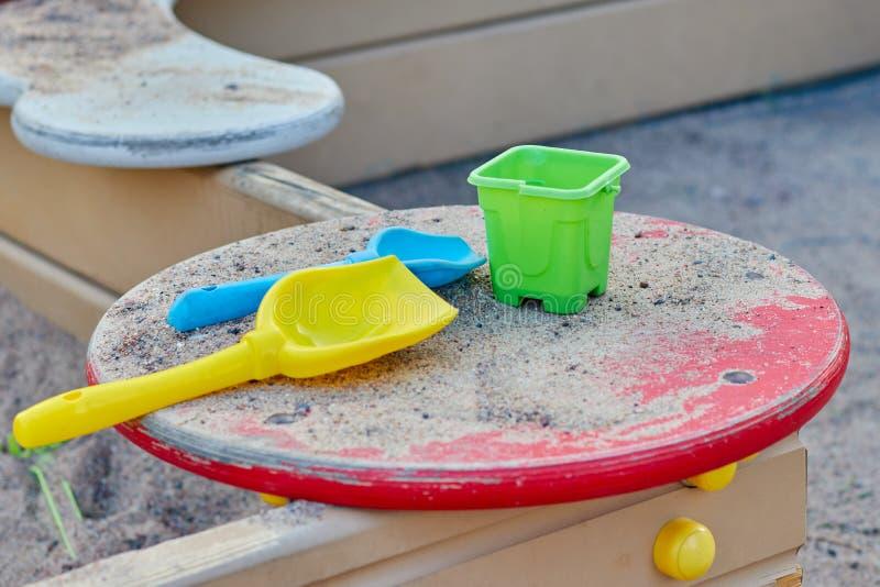 Bunte Spielwaren für die Sandkästen der Kinder Das Konzept von pädagogischen Spielwaren für Kleinkinder lizenzfreie stockbilder