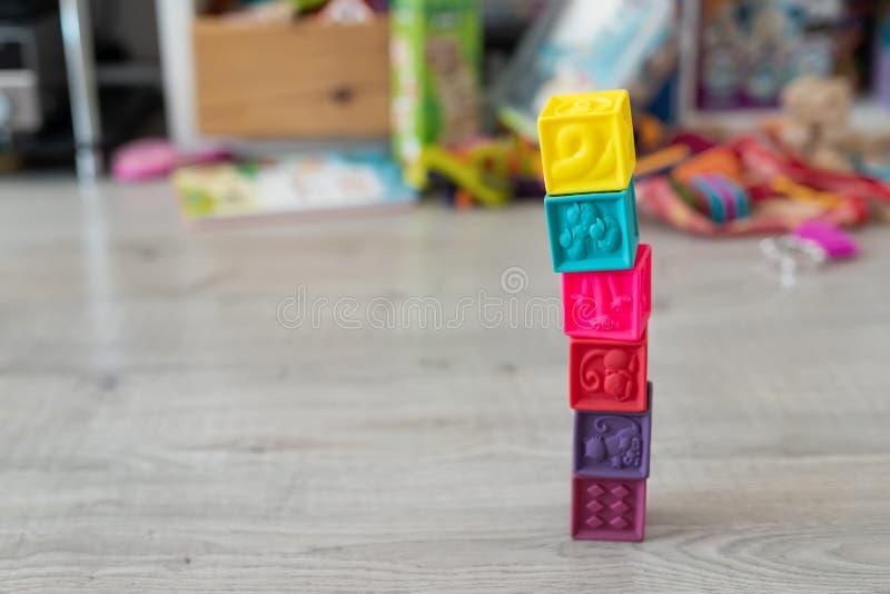 Bunte Spielwaren und Störung auf Boden zu Hause Turm von Weichgummiwürfeln Kinderentwicklung und hapy chilldhood Konzept stockbilder