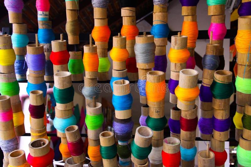 Bunte Spulen des Fadens in der Papierregenschirmfabrik Chiang Mai, Thailand stockfoto