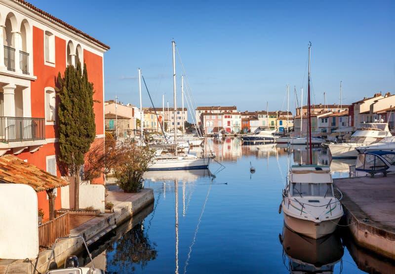 Bunte Stadt auf dem Wasser, Hafen von Grimaud, ` Azur, Franken CÃ'te d lizenzfreies stockfoto