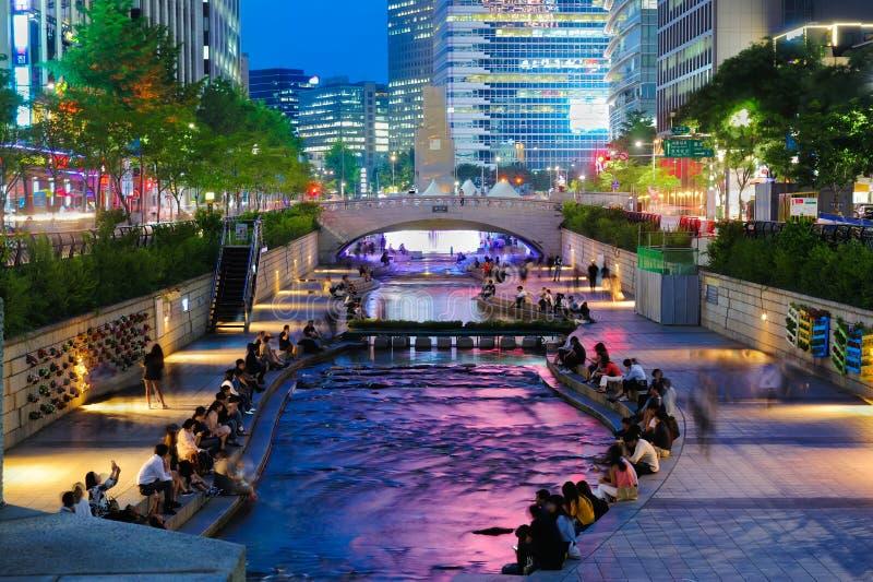 Bunte Stadtlichter des Cheonggyecheon-Strom-Parks lizenzfreie stockfotografie