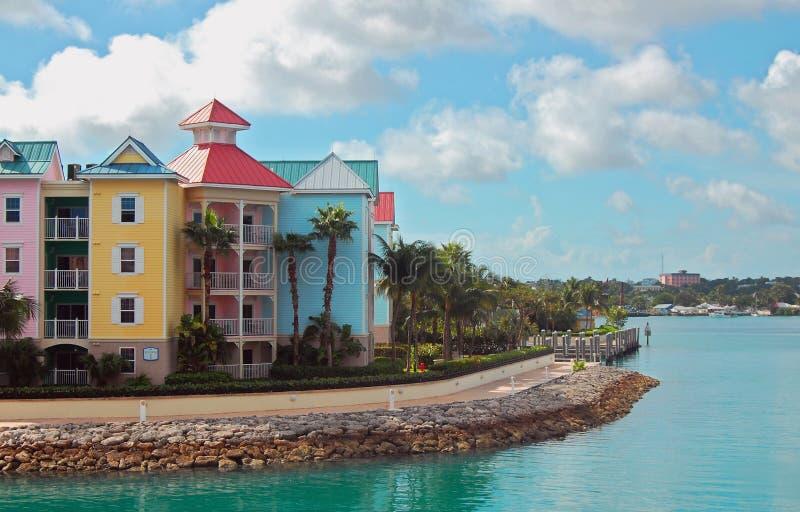 Bunte Stadtwohnungen Nassau-Bahamas stockbilder