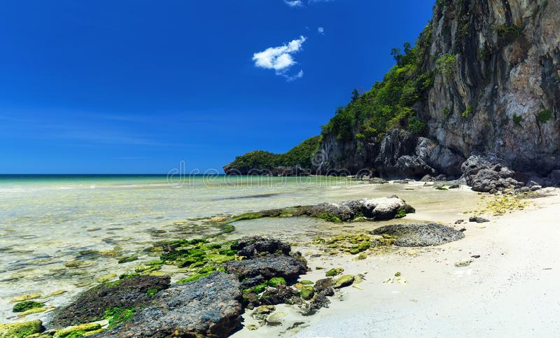 Bunte Steine und korallenroter Strand des weißen feinen Sandes stockfotos