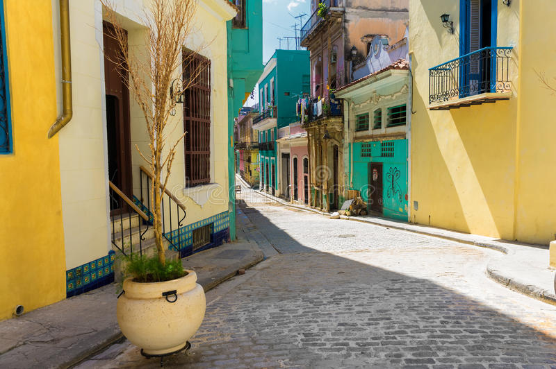 Bunte Straße in altem Havana lizenzfreie stockfotografie