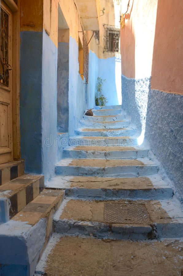 Bunte Straße in Tangier lizenzfreie stockfotos