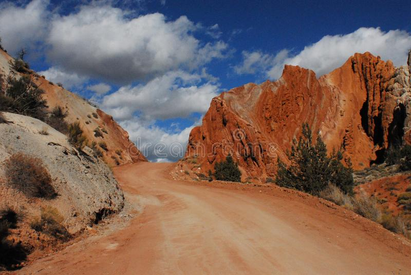 Bunte Straße und Landschaft Utahs nahe Grosvenor-Bogen stockbild