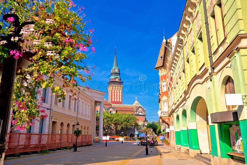 Bunte Straßenansicht des Subotica-Rathauses und des Hauptplatzes stockfotos