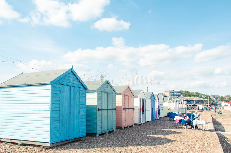 Bunte Strandhütten auf dem Felixstowe-Strand stockfotos