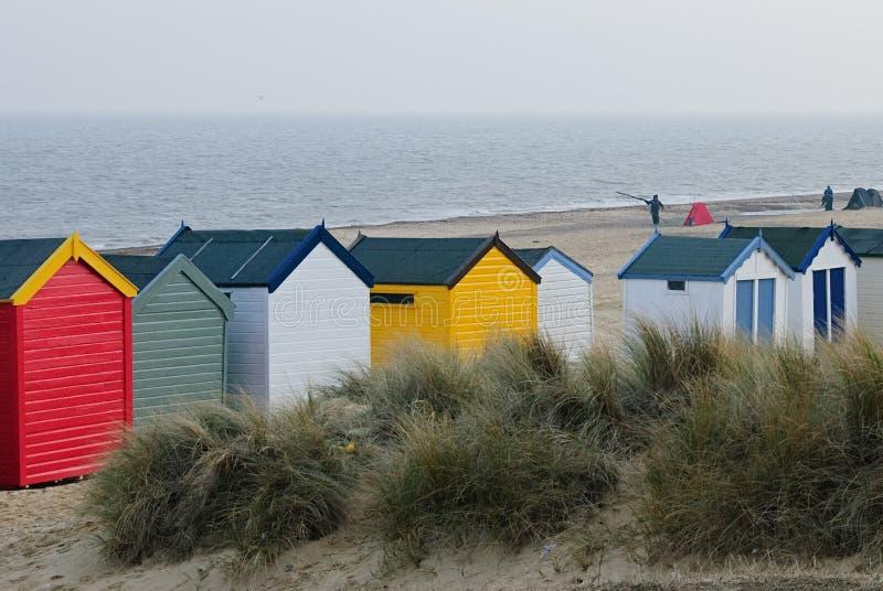 Bunte Strandhütten auf der englischen Küste lizenzfreies stockbild