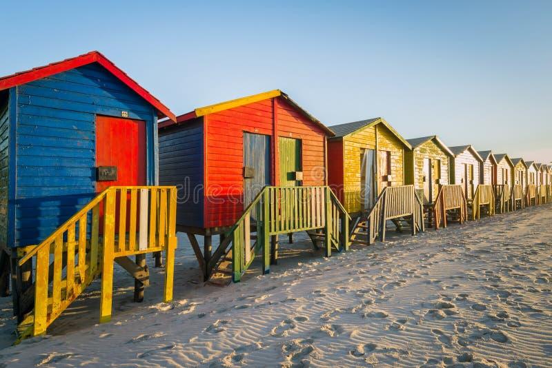 Bunte Strandhütten bei Muizenberg setzen nahe Cape Town, Südafrika auf den Strand stockbild