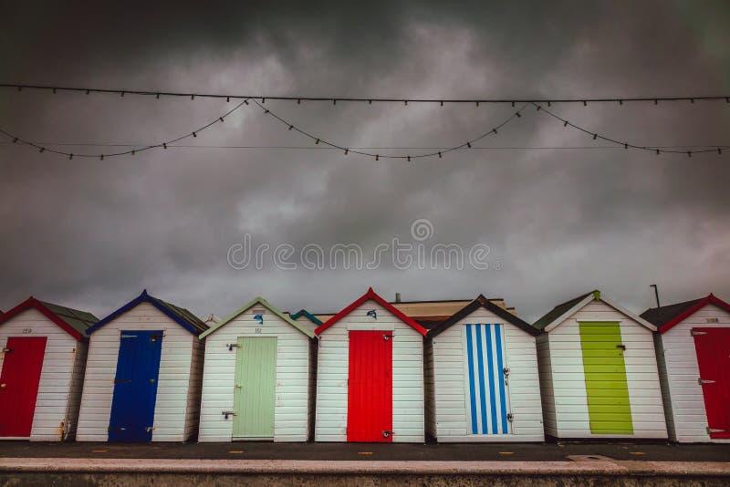 Bunte Strandhütten an einem stürmischen Tag lizenzfreies stockbild