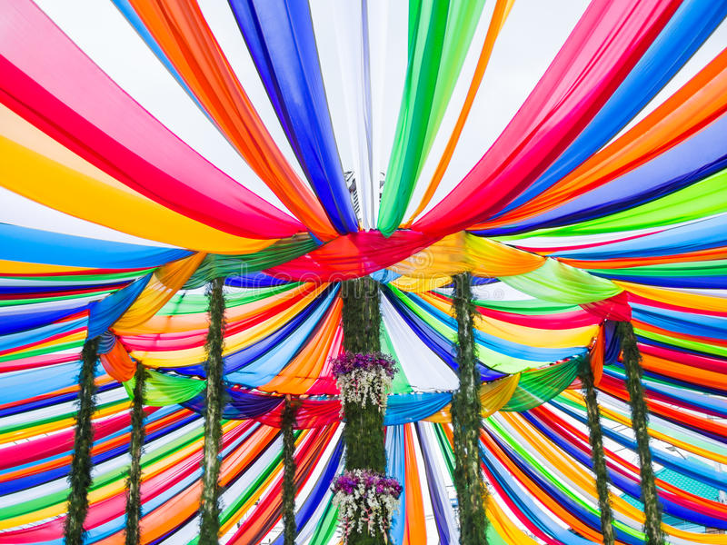 Bunte Streifen in Tak Bat Devo Festival, Uthaithani, Thailand lizenzfreie stockbilder