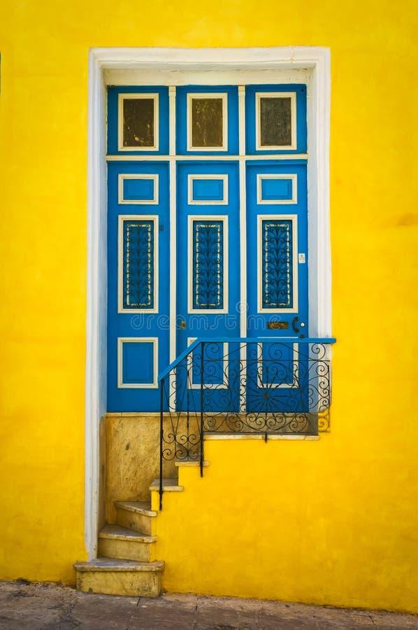 Bunte Tür auf einem alten Haus in Havana lizenzfreie stockfotos