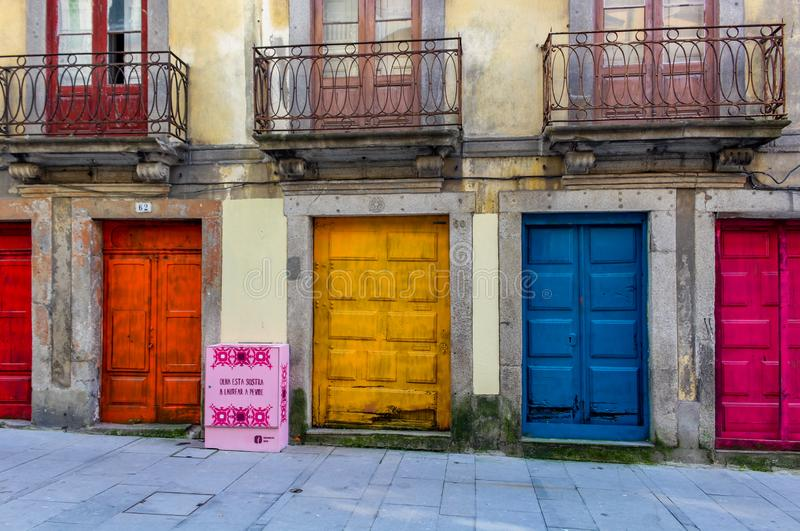 Bunte Türen, die Porto-Sao Bento Portugal errichten lizenzfreie stockbilder