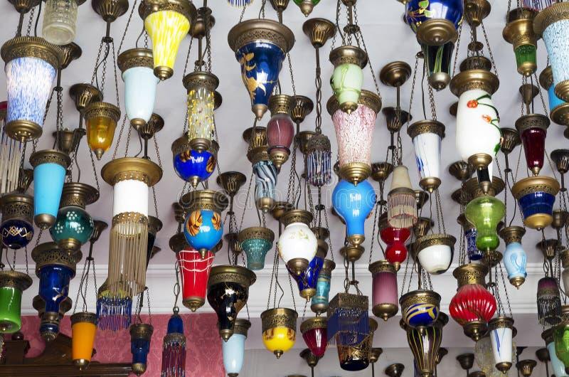 Bunte türkische Laternen angeboten für Verkauf lizenzfreie stockfotografie