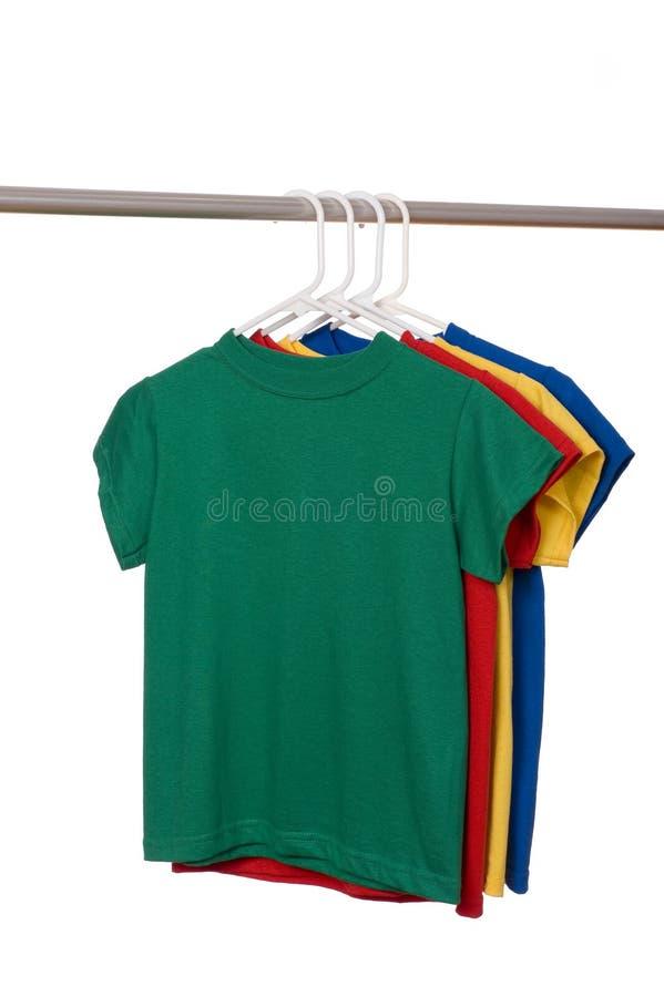 Bunte T-Shirts auf Weiß lizenzfreies stockfoto
