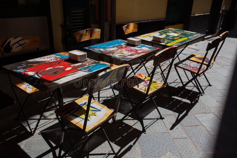 Bunte Tabellen im Freien in einer italienischen Stange in Sestri Levante, Genua Provinz, Italien stockfotografie