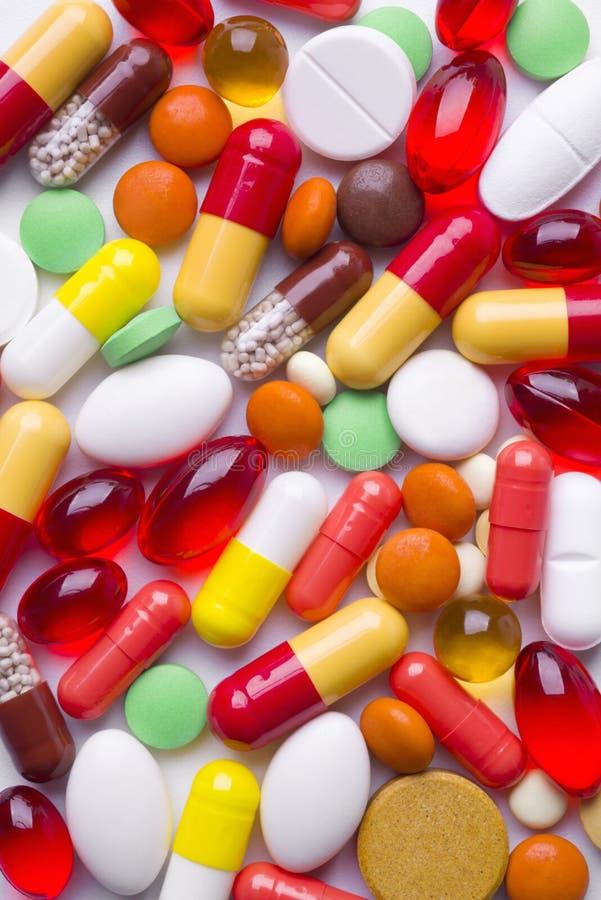 Bunte Tabletten und Pillenhintergrund stockfotografie