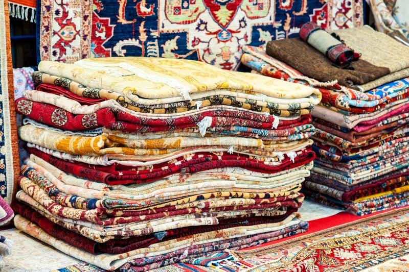 Bunte Teppiche Vielzahl, dieauswahl herauf Wolldecken rollte, kaufen Speicher lizenzfreie stockfotografie