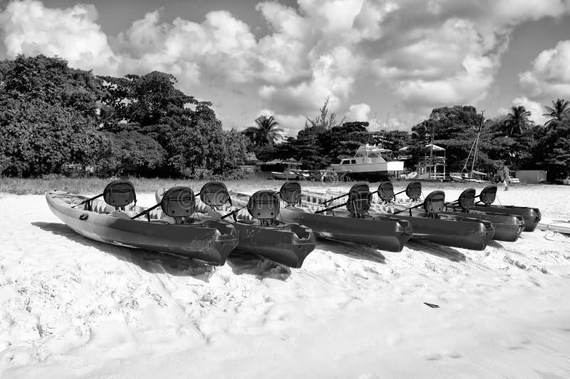 Bunte touristische Boote auf Strand lizenzfreie stockbilder