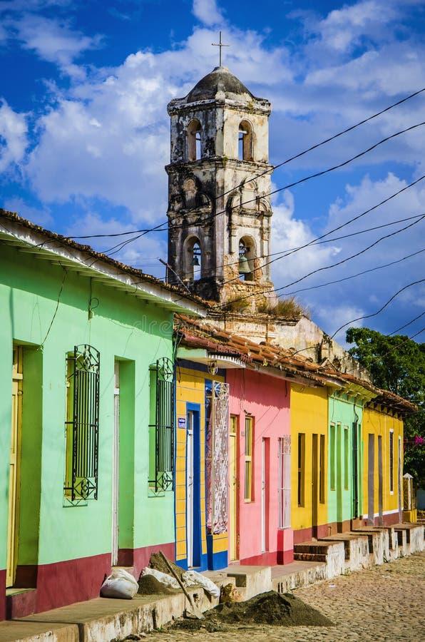 Bunte traditionelle Häuser und alter Kirchturm in der Kolonialstadt von Trinidad, Kuba stockfotos
