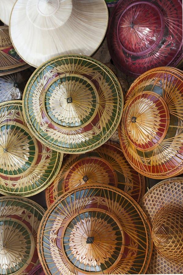 Bunte traditionelle Hüte von Thailand lizenzfreies stockbild