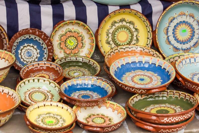 Bunte traditionelle rumänische Tonwarenplatten stockfotos
