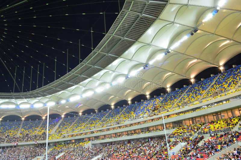 Bunte Tribünen auf nationalem Arenastadion lizenzfreies stockbild