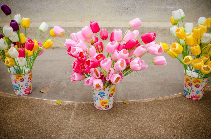 Bunte Tulpenplastikblume im Topf stockbilder