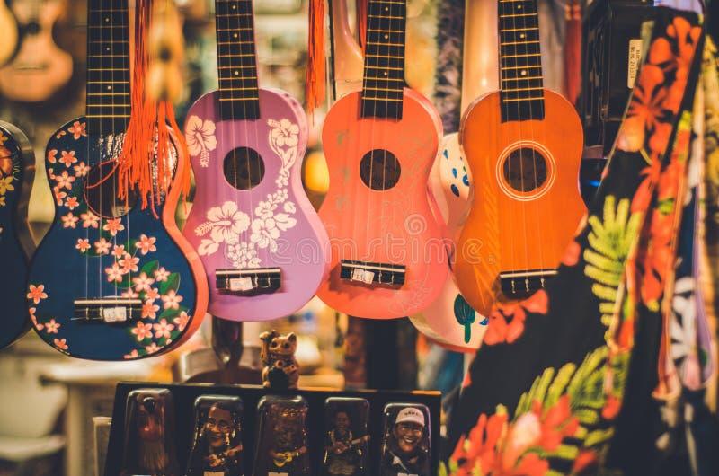 Bunte ukeleles in einem hawaiischen Shop lizenzfreie stockbilder