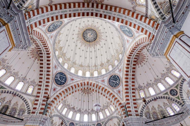 Bunte und ausführliche Decke einer Moschee stockbild