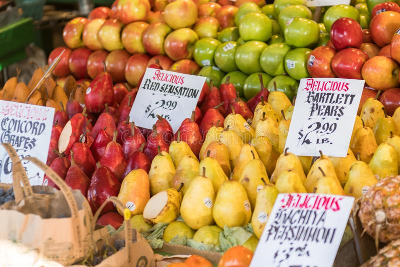 Bunte und mannigfaltige Birnen und Äpfel an einem Stall bei Pike legen Markt in Seattle stockfoto