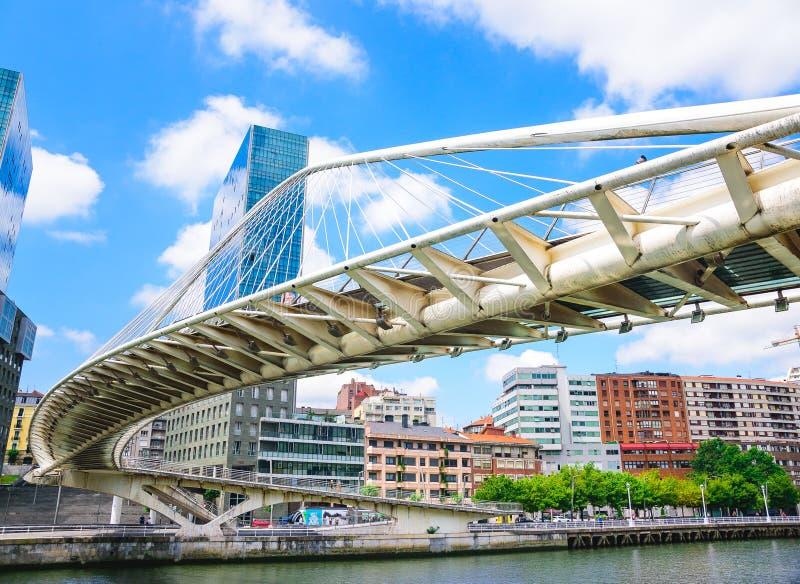 Bunte und moderne Bilbao-Brücke, Baskenland, Spanien stockbild