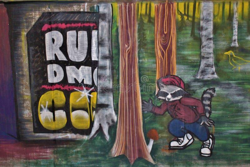 Bunte und stilvolle Graffiti in einem Gehen legen in Luleå einen Tunnel an stockfoto