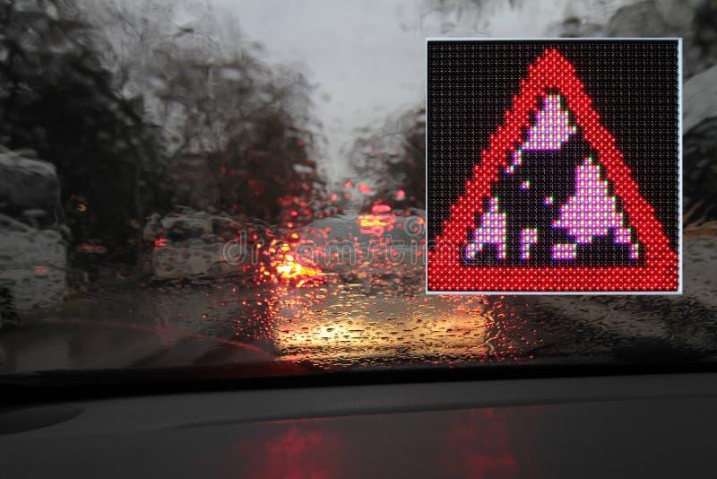 Bunte Verkehrswarnungs- und -anleitungszeichen gemacht mit LED-Lichtern stockbild
