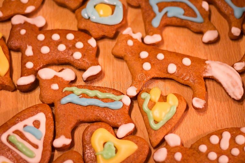Bunte verzierte Plätzchen des Lebkuchens - Weihnachten trägt, Herz stockfoto