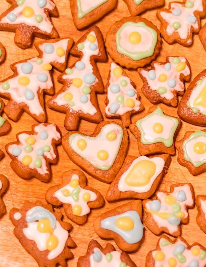 Bunte verzierte Plätzchen des Lebkuchens - Weihnachtsbäume, Herzen, Stern lizenzfreies stockbild