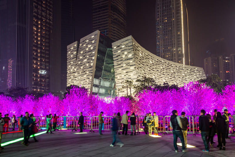 Bunte vibrierende Beleuchtung auf Bäumen in China stockbild
