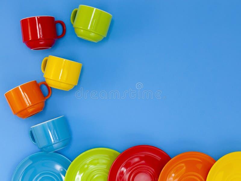bunte vier Kaffeetassen auf blauem Hintergrund lizenzfreies stockfoto