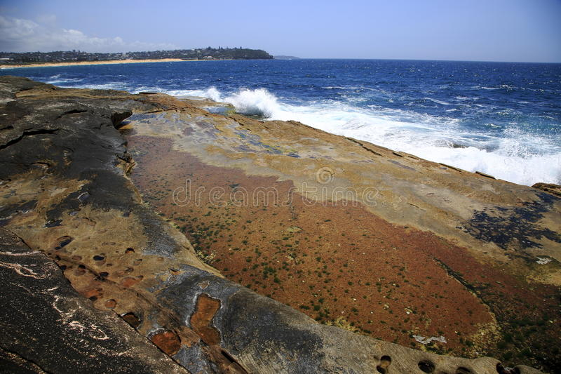Bunte vulkanische Küstenlinie stockbild