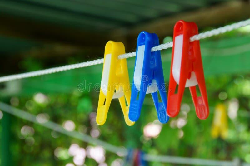 Bunte Wäscheklammerwäscheklammern auf dem Seil stockbilder
