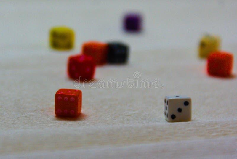 Bunte Würfel d6 auf einem weißen Hintergrund lizenzfreie stockfotografie