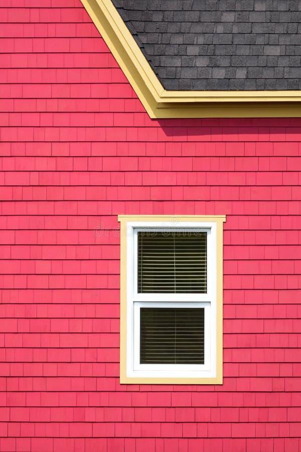 Bunte Wand, Dach und Fenster stockfotografie