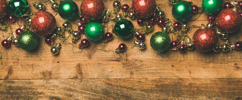 Bunte Weihnachtsbaum-Dekorationsbälle auf hölzernem Hintergrund, Kopienraum lizenzfreie stockfotos