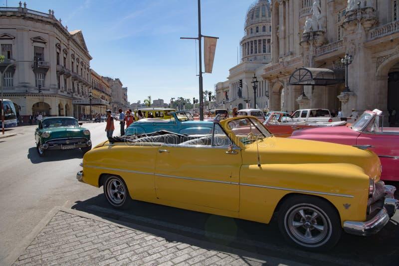 Bunte Weinleseoldtimer vor großartigem Theater Havana, Kuba lizenzfreie stockfotos